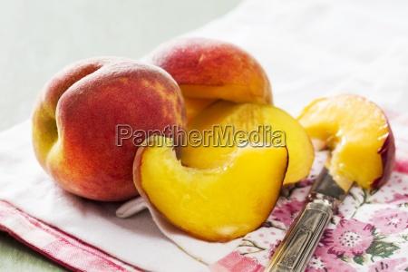 pfirsiche ganz und halbiert