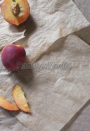 frische pfirsiche ganz halbiert und in