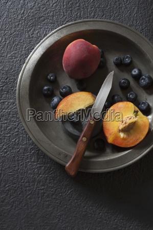 frische heidelbeeren und pfirsiche auf einer