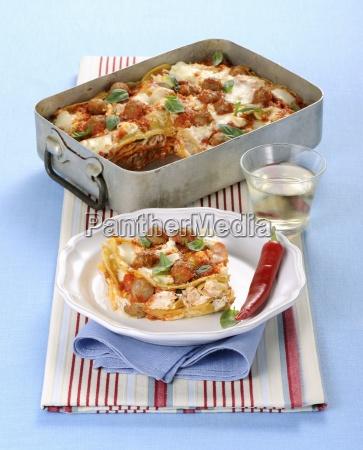 pfannkuchenauflauf mit fleischbaellchen mozzarella und basilikum