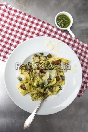 steinpilz ravioli mit pasta und parmesan