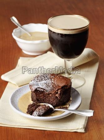 schokoladenkuchen mit vanillesauce und irish coffee