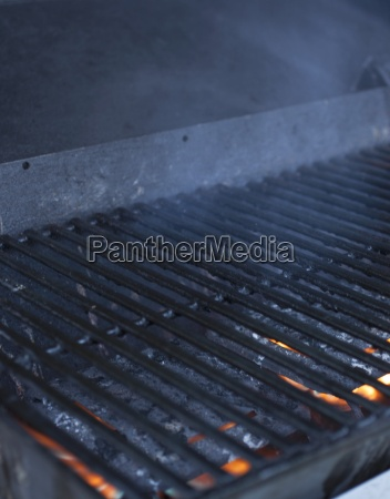 ein kochendes gitter ueber einem rauchenden