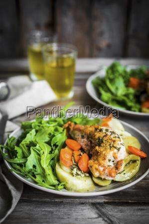 huehnerbrust mit kartoffeln und rucolasalat auf