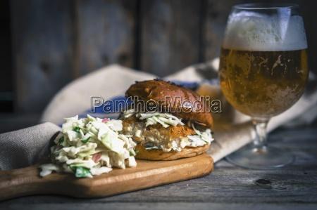 ein rustikaler fischburger mit coleslaw und