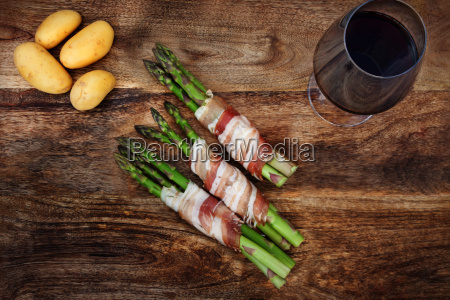 green asparagus with bacon and potatoes
