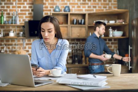 attraktive junge geschaeftsfrau mit laptop und