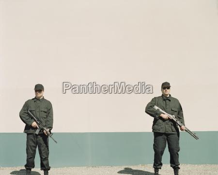 zwei maenner tragen uniformen der spezialkraefte