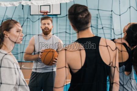 bearded jungen sportler mit ball mit