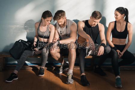 sportliche maenner und frauen auf der