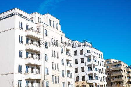moderne weisse wohnhaeuser in berlin
