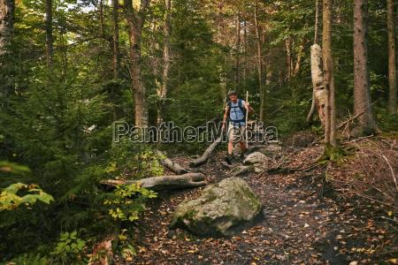ein mann wandert entlang der appalachian
