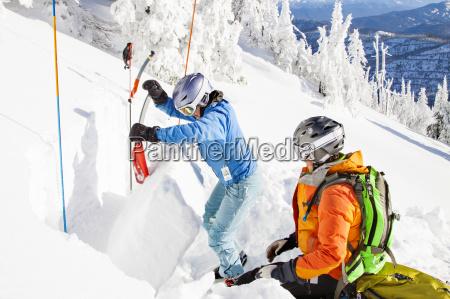 zwei weibliche skier dig an extended