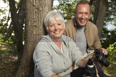 paar in woods mit fernglas