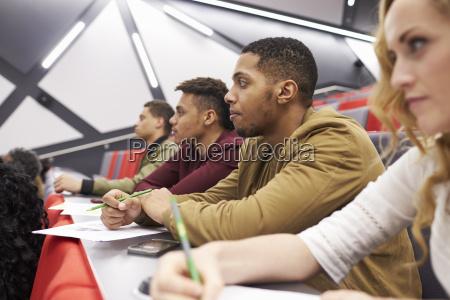 studenten die vorlesung am universitaetsvortragtheater hoeren