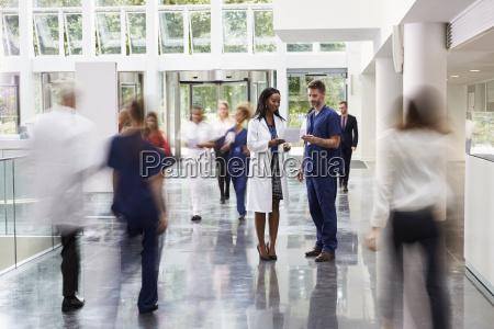 die mitarbeiter im besetzten lobby bereich