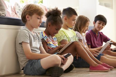 gruppe von kindern sitzen auf boden