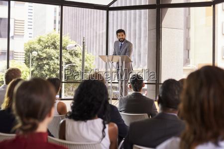 hispanic mann praesentiert business seminar am