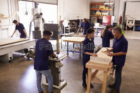 carpenters arbeiten an maschinen in beschaeftigt