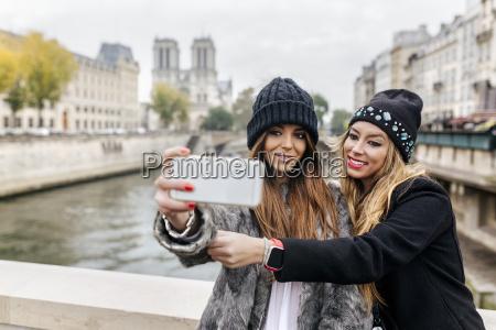 frankreich paris touristen nehmen selfie mit