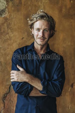 portraet der laechelnden mann auf broeckelnde