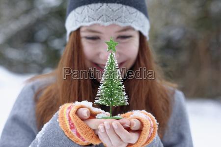 teenager maedchen kleine weihnachtsbaum