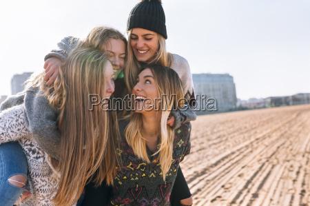 vier freunde die spass am strand