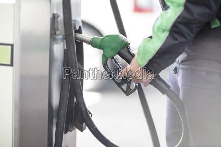 benzinbegleiter halten benzinpumpe