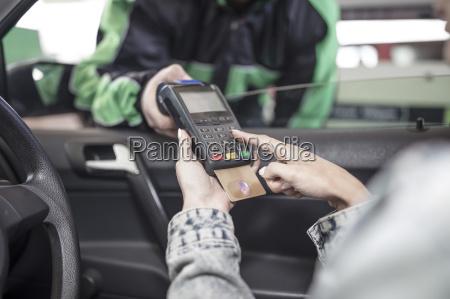 weibliche kundin bezahlt mit kreditkarte an