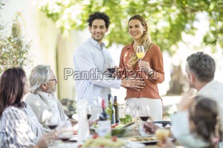 junges paar aufziehen einen toast mit