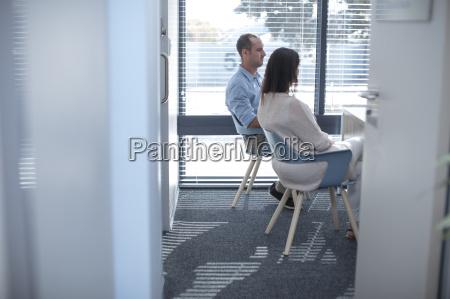 paare die im sprechzimmer sitzt beim