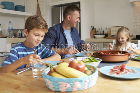 vater and children at home wenn