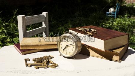 vintage stillleben mit alten wecker schluessel