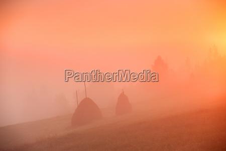 berge nebel sonnenaufgang sonnenlicht daemmern morgendaemmerung