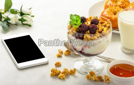 fruehstueck mit muesli broetchen brioche honig