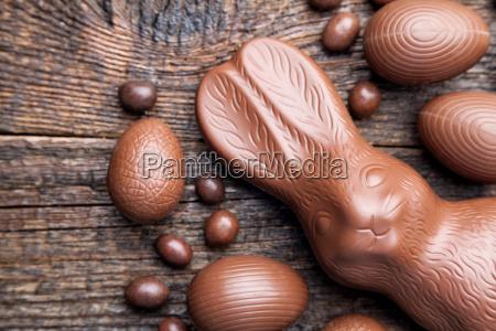 schokolade osterhase und eier auf holzuntergrund