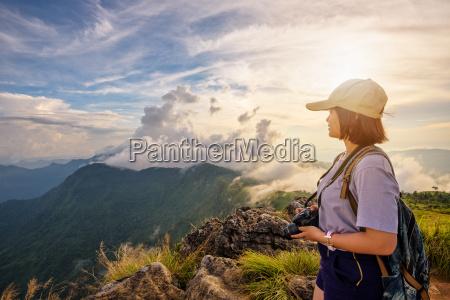 maedchen tourist auf den bergen bei