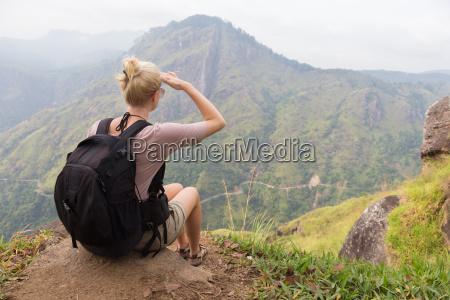 weibliche touristen geniessen sie einen wunderschoenen