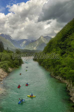 eine gruppe kayaker am fluss soca