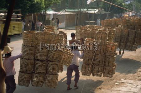 personas que llevan cestas china asia