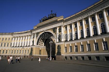 ehemaliges generalstabgebaeude und triumphbogen umgibt palast