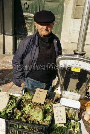 man selling salad vegetables ville basse