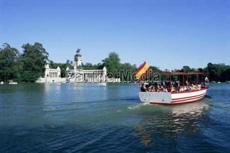 tourist boat on lake parque del