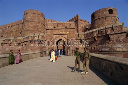 red fort built by akbar in