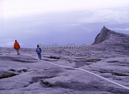 touristische kletterer folgen den reissseilen in