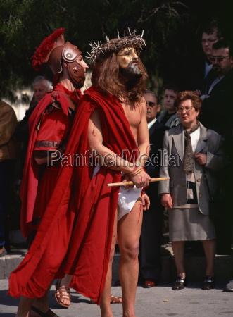 maskierte figur von christus in gruendon