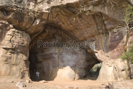 bhimbetka caves with neolithic paintings in