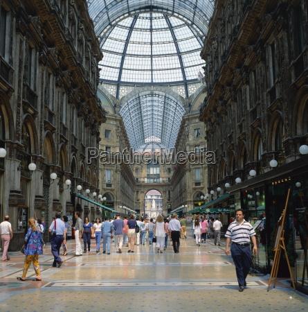 shopper in der galleria vittoria emanuele