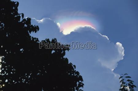 atmosphaerischer effekt des regenbogens ueber wolke