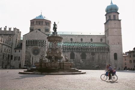 piazza duomo mit der statue des